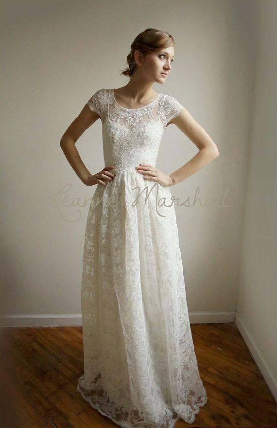 Cette robe de mariée unique combine élégance moderne avec une touche vintage. Le corps est fait dune dentelle dAlençon délicate et belle. Le corsage a un col rond, une taille ajustée et manches 1/2. La jupe est la longueur du thé. La partie extérieure de la robe est entièrement sheer.It est livré avec une deuxième robe pour être porté sous (cette robe peut devenir plus tard une partie de votre garde-robe tous les jours. La sous robe est en coton blanc. Il est équipé par le corsage avec ...