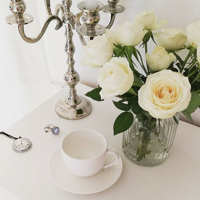 Witajcie u progu weekendu😄 #white #roses #flower #glamour  #modernclassic #hamptons #chic  #shabbystyle #silver #mymorning