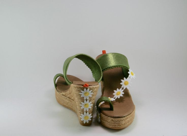 Esparto of cradle to choose height wedge sandal: 9, 10, 12 cm. In green grass very intense and adorned with pretty daisies.  FINGER attachment is very comfortable, stable and safe, does not need subject in the ankle, so stylized leg and your figure.  It is a sandal with lots of personality, very cheerful and summer motif is on one foot; The type of margarita will be based on availability
