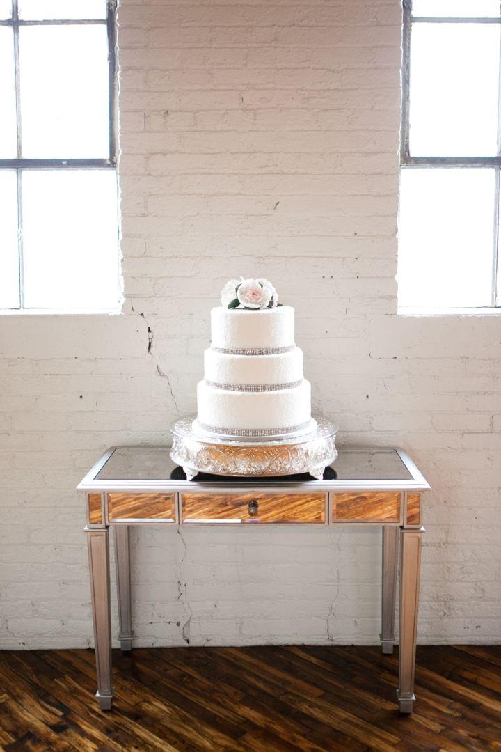 Υπέροχη λευκή γαμήλια τούρτα με τρέσες από στρας και ασημένια βάση! www.lovetale.gr