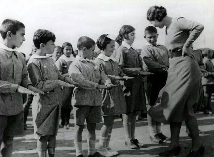 ilkokul çocukları ve bir öğretmen tırnak kontrolü yaparken (1932)  #istanlook