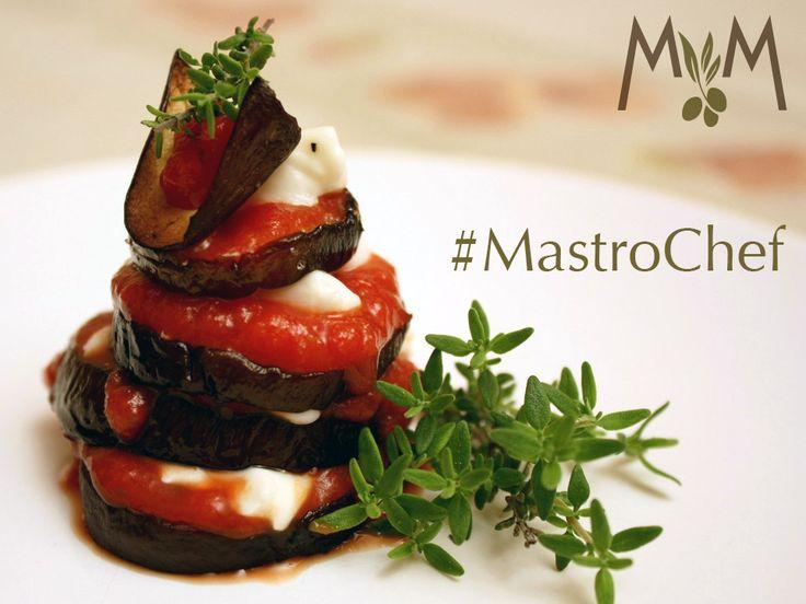 Buon #venerdì, #buongustai! Preparate le #forchette, oggi #Mastrochef prepara una #parmigiana #estiva. #Grigliate le #melanzane a fette, cubettate la #mozzarella e tagliate i #pomodorini, assemblate uno strato dopo l'altro e #condite con #olio e #timo. Che #delizia!