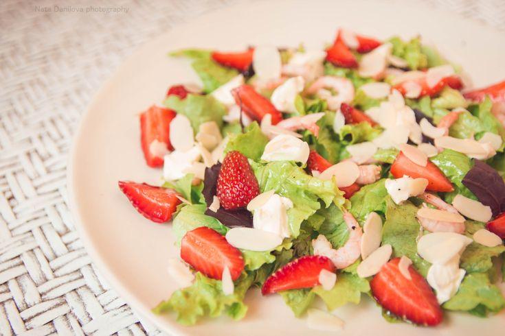 листья салата, базилик, креветки, клубника, миндальные лепестки, соус: оливковое масло, лимонный сок, мед, соль, перец.