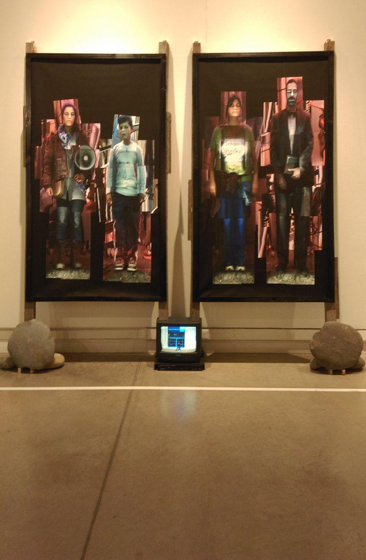 """Pepe Guzmán (CL) """"Residencia SCL 2011"""" 2016 Instalación Fotográfica Impresión Digital Canvas, Madera, Piedra, TV Dimensiones Variables"""