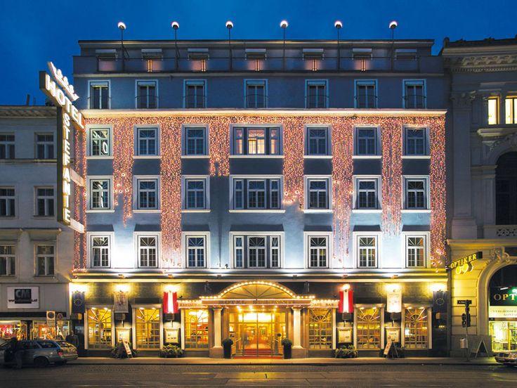 Das zentrale Hotel Stefanie bei Nacht