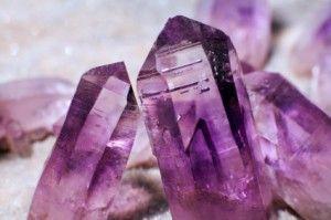 Pierre de naissance: Dans les légendes anciennes, les pierres précieuses ont été associées aux mois de l'année. Selon la Bible, le Souverain Sacrificateur