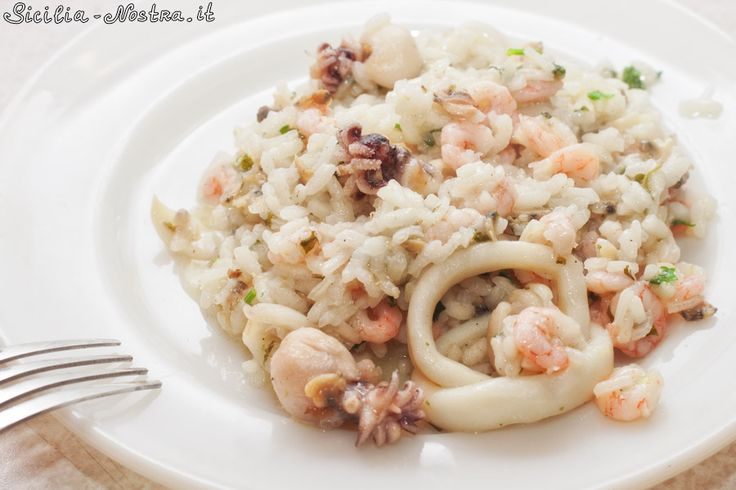Ризотто с морепродуктами - это одно из самых популярных горячих блюд на Сицилии, прекрасный образец характерного вкуса средиземноморской диеты. Традиционно морское ризотто готовится из белого риса и свежих морепродуктов (креветок, кальмаров, устриц и т.д.), с добавлением оливкового масла, чеснока и петрушки.