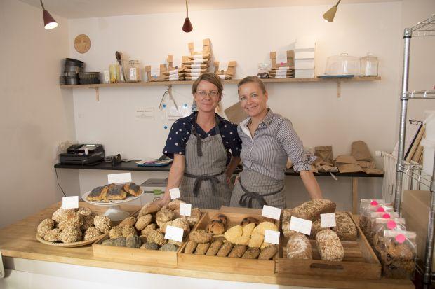 To søstre har åbnet et mikrobageri, hvor de bager naturligt glutenfrit.