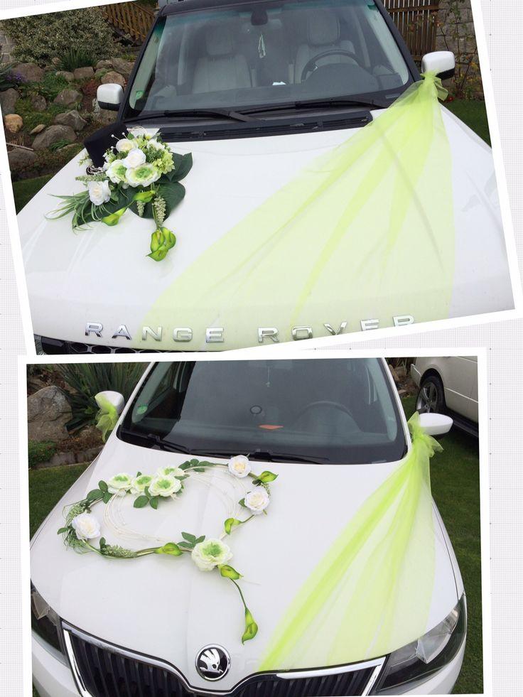 Nádherná svatební dekorace na auto v bílo-zelené barvě.