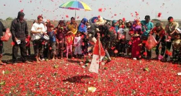 Peringati Sembilan Tahun Semburan, Korban Lapindo Tabur Bunga