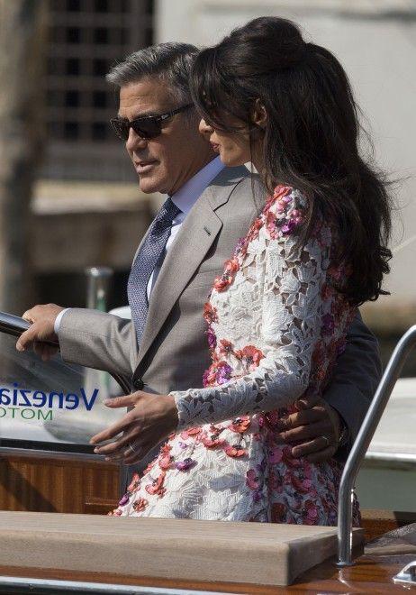 Abito grigio chiaro per lui, merletto bianco e fiori rosa per lei. Eccoli George Clooney e Amal Alamuddin il giorno dopo il party in Canal Grande. La coppia - che si è detta sì davanti a 200 invitati (lunedì il rito ufficiale) - è uscita dall'Aman hotel e si è diretta al Cipriani dove prosegue la festa del matrimonio più glamour dell'anno