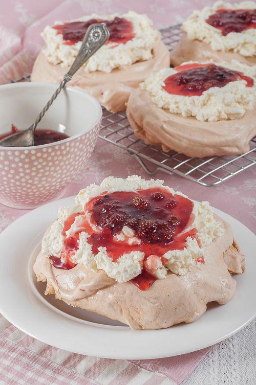 Мини Павлова с маскарпоне и сладко от горски ягоди