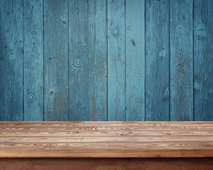 пустой деревянный стол на фоне стены из досок
