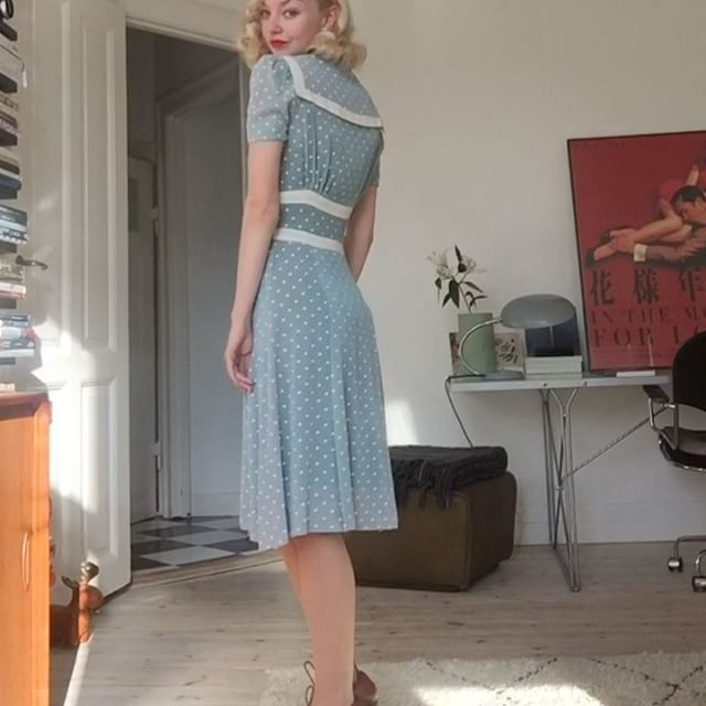 This late 1930s junior dress is almost too cute and iconic... I was close to skeptical until I saw the label and construction and realized it was a true 1930s piece, but it is truly a stunning dress with the buttoned waist and sailor collar ✨! It's probably more of a summer dress, but I love everything minty green so this is definitely a favorite color wise. Also, the saga of the Veronica Lake hair attempts continues…! Seamed stockings from @whatkatiediduk and shoes from @clarksshoes 193...