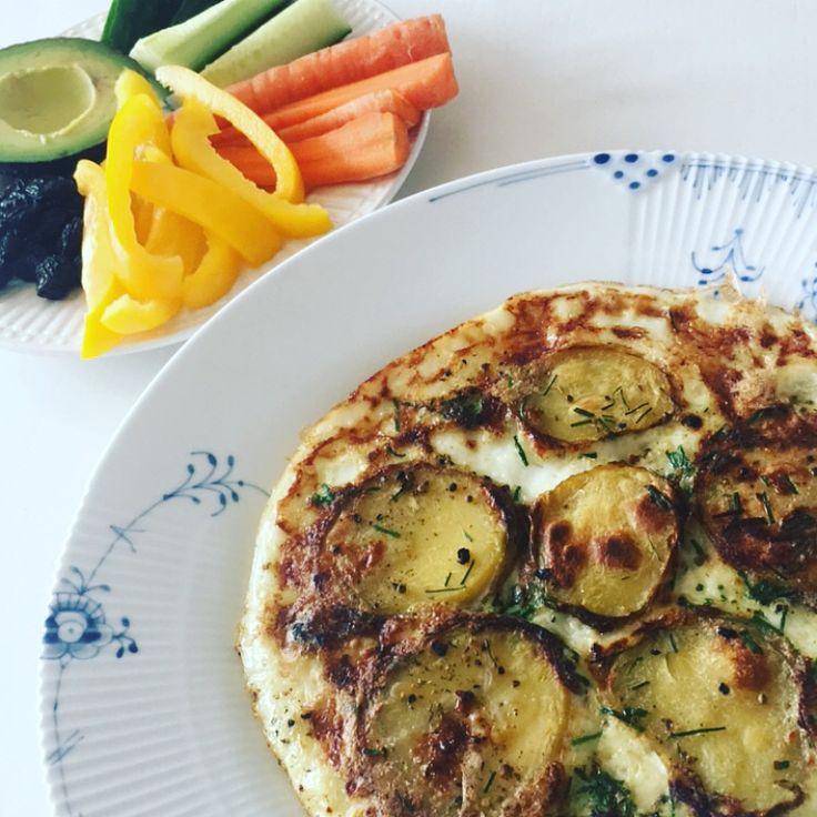 Tortilla/omelet, mums det var godt! En kogt kartoffel fra køleren + 2dl æggehvider bagt på panden med lidt krydderi og purløg = mega nemt, sundt, velsmagende og så går det lige i armene 💪🏻 Kcal: ca. 169 #potatis #kartofler #fitfamdk #diet #opskrift #fisk #kød #æg #omelett
