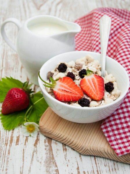 Eine Schale Bircher Müsli ist der leckerste Grund morgens aufzustehen. Das Original Bircher Müsli Rezept für einen gesunden Start in den Tag.