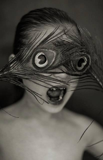 photo noir et blanc : oeil plumes de paon, Mick Ryan