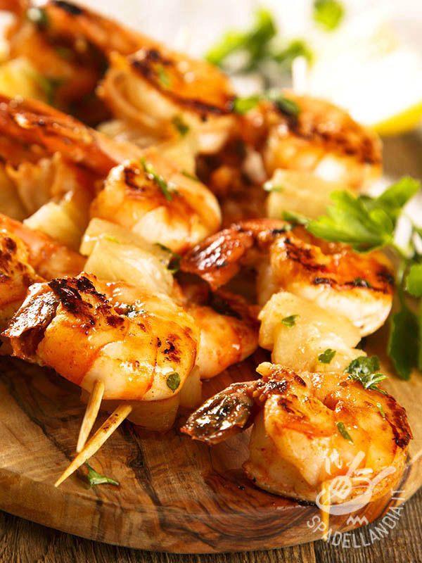 Spiedini di palombo e gamberi alla paprika: oltre a essere veloce da farsi, questa ricetta vi farà venire l'acquolina in bocca per il profumo.