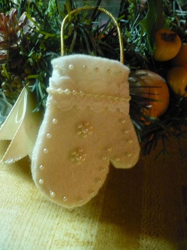 J'adore les mitaines du Père Noël! Une belle décoration qui fait changement des bas se Noël! Vous pourrez les utilisez pour décorer le sapin, ou la maison, ou pour mettre les ustensiles pour recevoir le soir de Noël. En les faisant tout en feutrine,