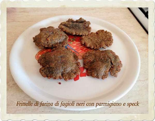 Voglio il mondo a colori - Frittelle di farina di fagioli neri con parmigiano e speck