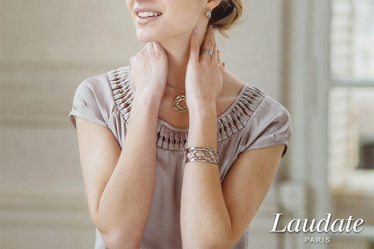 Close-up Bijoux Rubans Éternels. Manchette, boucles d'oreilles, pendentif grand modèle. Argent massif.  Photographie : Henri Buffetaut.
