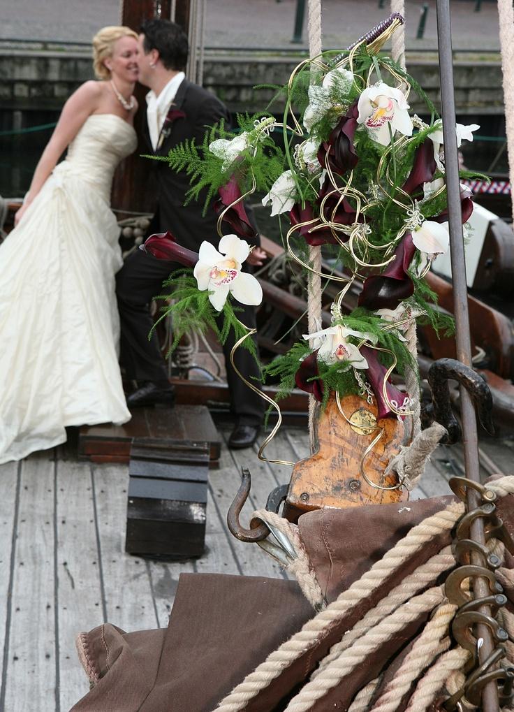 Boeket met witte orchideeën en paarse calla