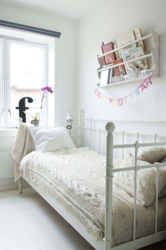 lieve rustieke brocante meisjes slaapkamer / kinderkamer gewoon wit is ook mooi
