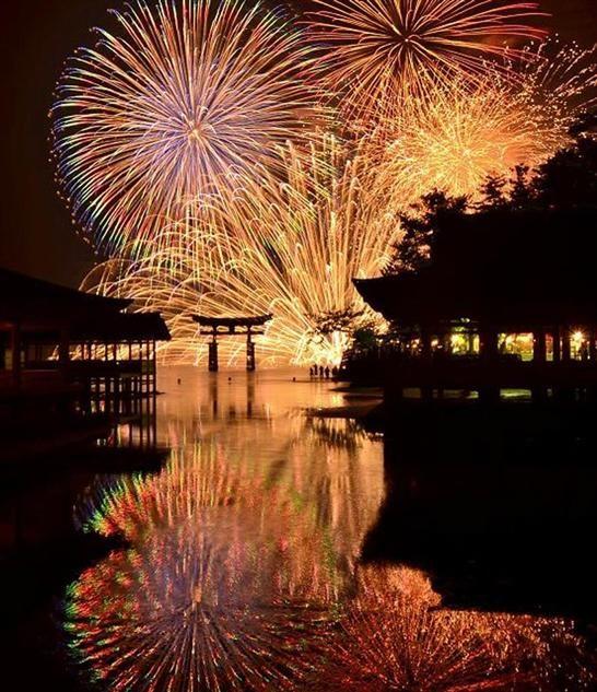 世界遺産、鮮やかに照らす 宮島水中花火大会
