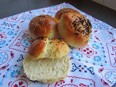 Zachte witte broodjes met sesam- en nigellazaad