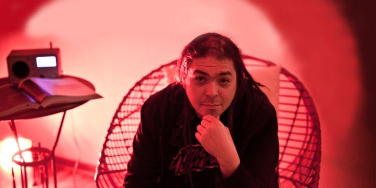 """Conversamos con el productor y DJ mexicano Toy Selectah acerca de la Red Bull Music Academy 2014, de los aportes de la cultura hip hop, de su trabajo actual con el sello Mad Decent -con Diplo de Major Lazer- y de la actualidad de la música para los músicos independientes. A lo que nos dice """"para ser universal hay que ser local""""."""