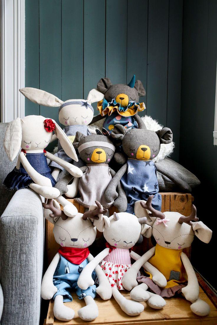 Otra preciosa colección de animales de peluche.Los renos están espectaculares al igual que el resto. Preciosa comunidad. Handmade Animal Cloth Dolls. This community has every animal from deers, rabits, bears...