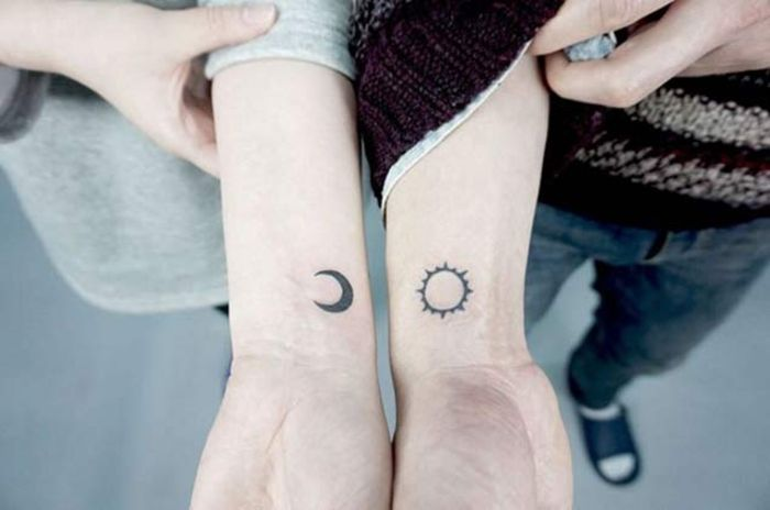 tattoo ideen fuer partner, mond und sonne, kleine arm tattoos, liebesbeweis