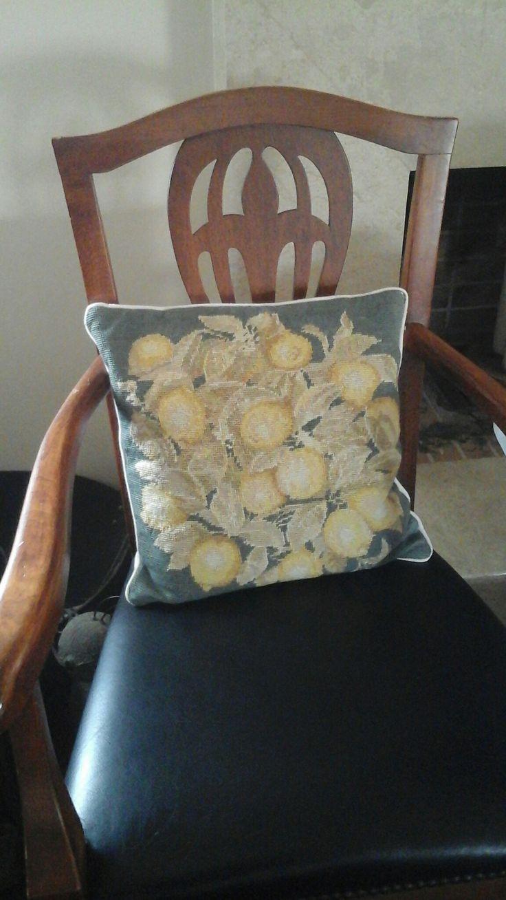 Το πρώτο μου μαξιλαράκι παλιό κι αγαπημένο που χάρις στη Νταρίνκα έγινε καινούργιο!