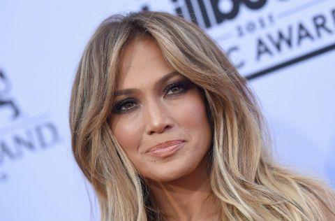 Jennifer Lopez heeft waarschijnlijk een inloopkast waar je u tegen zegt en ook nog één bomvol designerkleding, maar ook J-Lo gaat ook weleens op koopjesjacht. Afgelopen week was de zangeres en actrice voor een grootmuziekfestivalin Marokko en daar paradeerde ze…