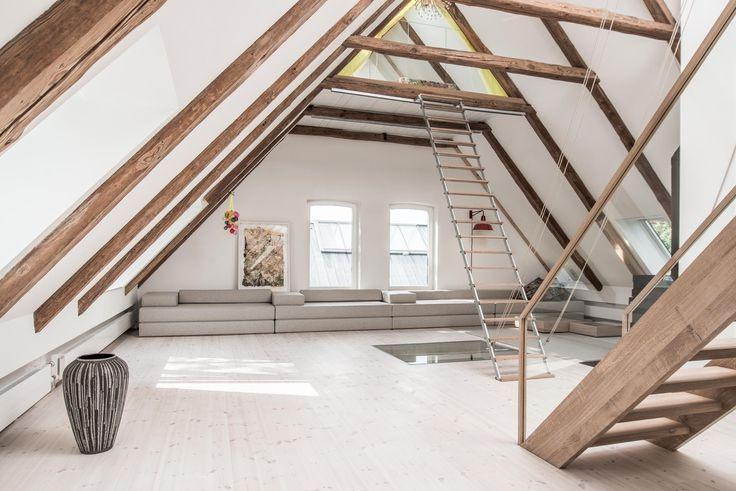 sofa kunst licht dachstuhl dachgeschoss holzbalken treppe grosszuegig kiefernboden. Black Bedroom Furniture Sets. Home Design Ideas