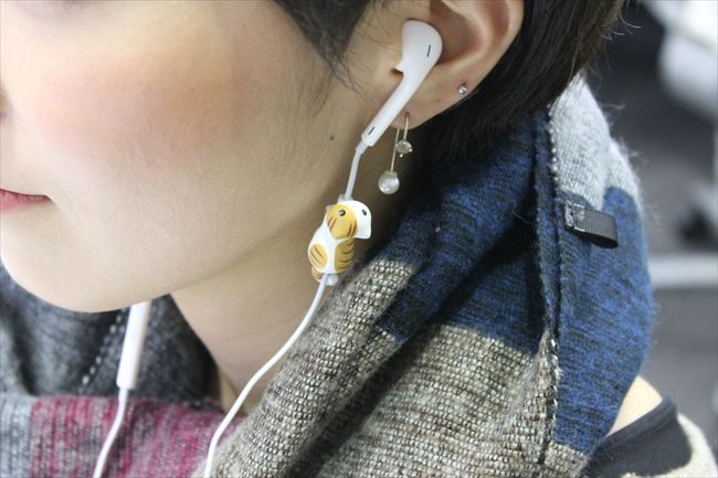 "Kawaii ""I Cat"" earphone hanging."