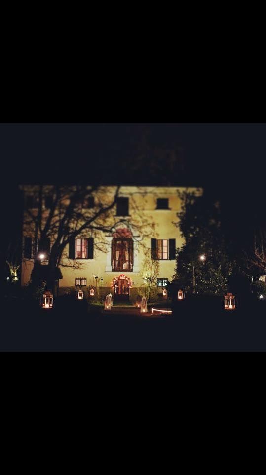 Villa Rota illuminata da tante piccole lanterne #dovevuoicatering #staff #Bianconi #villarota