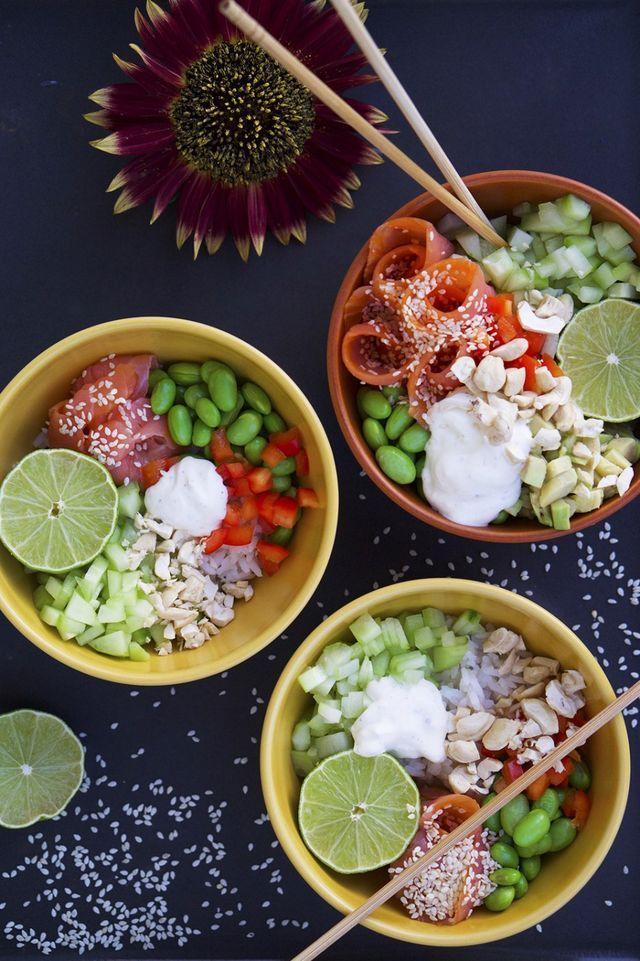 Mina bästa bowls | Fitness & Hälsa | Dessa Poké Bowls har ris i botten och är sedan toppade med olika sorters grönsaker, kallrökt lax, avokado, lime, sesamfrön, hackade jordnötter och en kall sås gjord på creme fraiche, lime och ingefära. Så galet fräscht och gott!