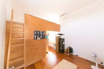 大学1年、高校2年、中学3年の息子さんたちの部屋。ロフトは3人の寝室、ロフト下は勉強スペースとシューズクローゼット等。