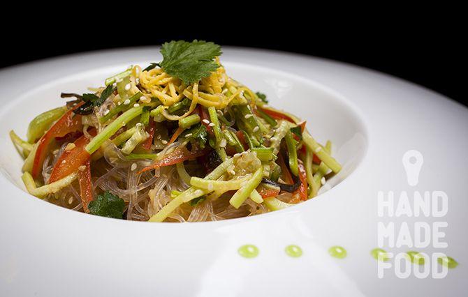 Салат со стеклянной лапшой и овощами! http://handmadefood.ru/recipes/salat-so-steklyannoy-lapshoy-i-ovoschami