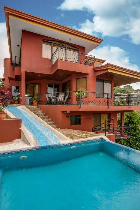 En las colinas de Manuel Antonio, cerca del famoso Parque Nacional, la fauna de la selva y larga y hermosa playa está situada esta casa de lujo.