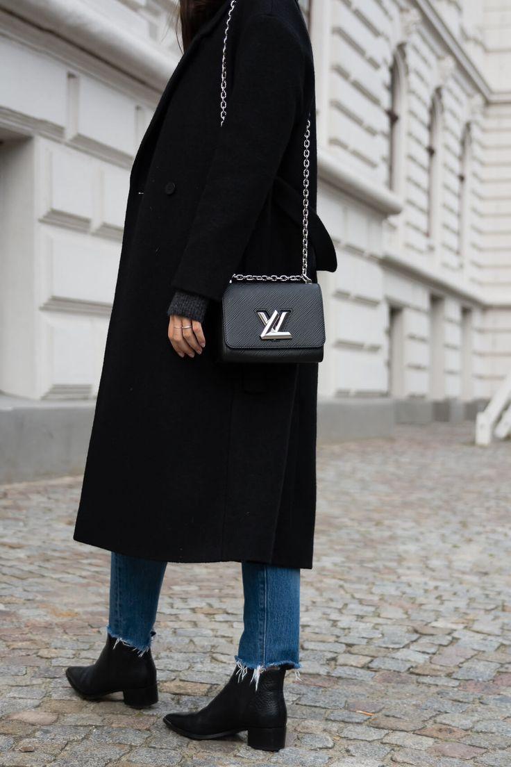 "Outfit Details: Mantel – Cos Pullover – & other Stories Jeans – Levi´s ""Wedgie Icon Fit"" Stiefeletten – Acne Studios ""Jensen"" Umhängetasche – Louis Vuitton ""Twist PM"" Schiffermütze – H&M"