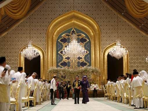 Prins Abdul Malik (31) van Brunei is getrouwd met een 22-jarige vrouw waarvan de naam niet gemakkelijk is te onthouden: Dayangku Raabi'atul'Adawiyyah Pengiran Haji Bolkiah. Het Nurul Iman Paleis in Bandar werd omgetoverd tot een sprookje. Met smaragden, kristallen schoenen en een boeket gemaakt van juwelen. Abdul is de zoon van Hassanal Bolkiah, één van 's werelds rijkste mannen. (Cultuur) Brunei