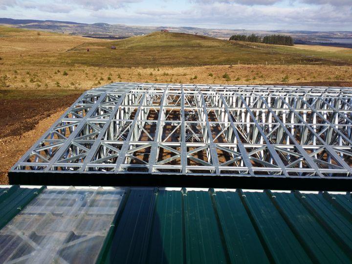 vedere de pe acoperisul unei hale din structura metalica usoara