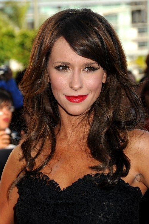 Jennifer Love Hewitt looks stunning with this color! I love her!!