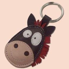 Un joli petit cheval gris porte-clé