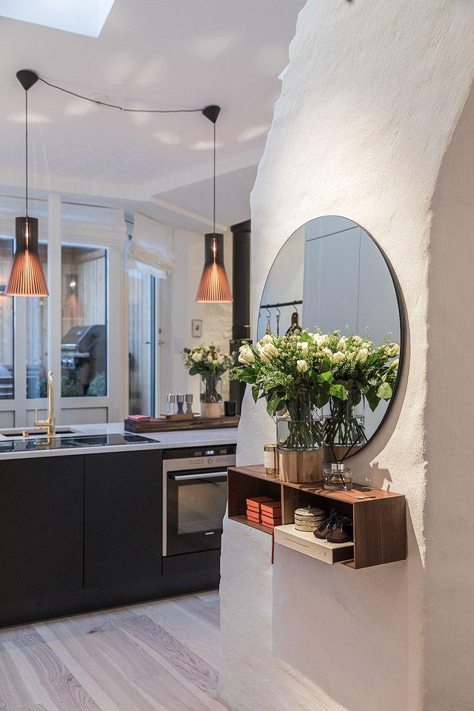 Med attraktivt läge en kort promenad från Humlegården och Stureplan ligger denna exklusiva och väldisponerade vindsvåning. Total golvyta 98 m2. Våningen har en öppen planlösning med ett exklusivt kök, rymlig matplats och eldstad. Utgång till en stor terrass med fri utsikt över Villastaden och Östermalms takåsar. Vardagsrum i anslutning till sällskapsdelen. Ett runt badrum en suite till master bedroom med badkar och wc samt ett separat badrum med dusch, wc, tvättmaskin och torktumlare. Två…