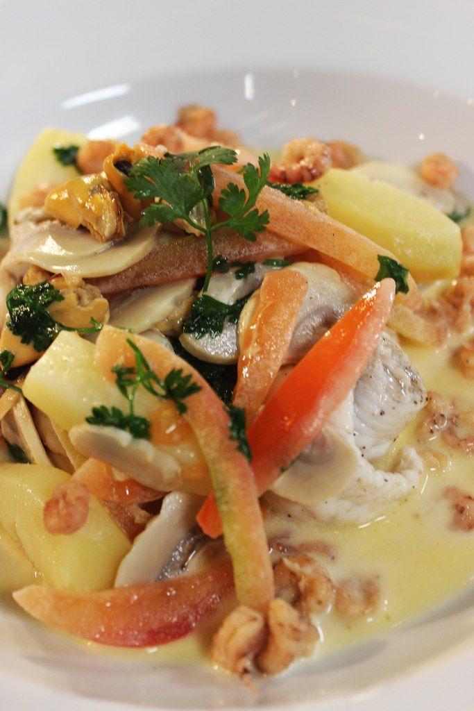 Bereiden: Fileer de slibtongetjes langs de graat zodat je per vis 4 filets overhoudt. Snijd de graten in stukken. Leg de vier tongfilets met de meest brute kant naar boven op een snijdplank. Kruid met peper. Rol er tongrolletjes van beginnend van de staartkant. Maak vervolgens een visfumet. Smelt een klontje boter in een grote pot.