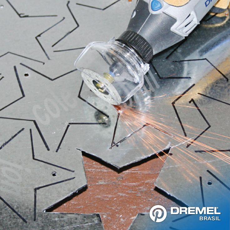 4° Passo: Para usar a capa de proteção, primeiro colocar a velocidade adequada na ferramenta recomendamos em 25 rpm para começar a cortar ao longo das linhas traçadas, aplicar uma leve pressão no material. Se você sente que precisa aplicar mais velocidade, aumente a velocidade em 35 rpm na sua rotativa Dremel.