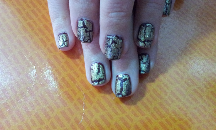 Esmalte de base Loft-y ambitions de China Glaze, crackelado con Tarnished gold de China Glaze.